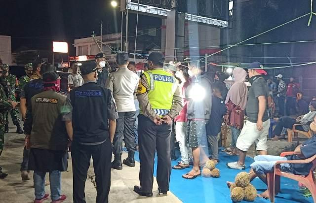 Tim gabungan Pemkot, TNI-Polri patroli malam ini, Sabtu (19/6/2021) pasca masuknya Kota Jambi dalam Zona Merah. Sejumlah wilayah di Kota Jambi tutup 2 pekan ke depan.