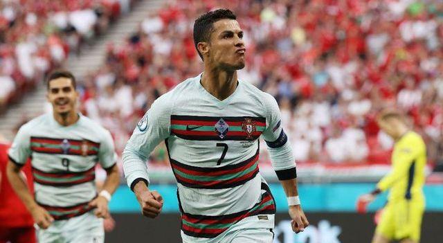 Pasca aksi viral capten Timnas Portugal menggeser botol minuman bersoda Coca-Cola, saat konferensi pers kemarin tampaknya berdampak besar bagi produk minuman sponsor Euro itu. Lalu, mengapa Ronaldo benci minuman bersoda termasuk Coca-Cola?