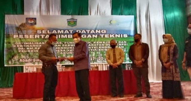 Walikota Sungai Penuh H. Asafri Jaya Bakri (AJB) hadiri pelaksanaan Bimbingan Teknis Badan Permusyawaratan Desa Kota Sungai Penuh. Bersama Kejaksaan, Wako tutup Bimtek BPD