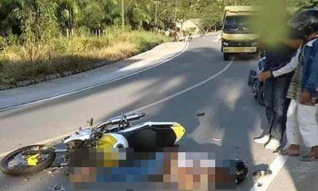 Kecelakaan lalu lintas timur Tanjabbar Provinsi Jambi, seorang pemuda atau pengendara motor Vixion tewas dengan keadaan mengenaskan. Di duga korban tabrak lari.