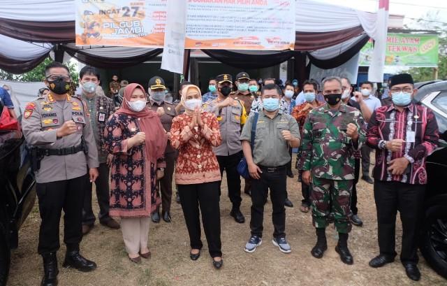 Kamis (27/05/21) Bupati Muaro Jambi Hj Masnah Busyro, saat mendampingi Pj Gubernur Jambi Dr. Hari Nur Cahya Murni, M.Si meninjau pelaksanaan Pemungutan Suara Ulang (PSU)