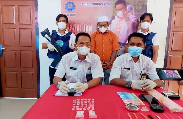 Seorang pria berinisial M, warga asal Palembang di bekuk BNN Batanghari, lantaran di duga sering edarkan Narkoba jenis sabu di lokasi Pondok Pesantren.