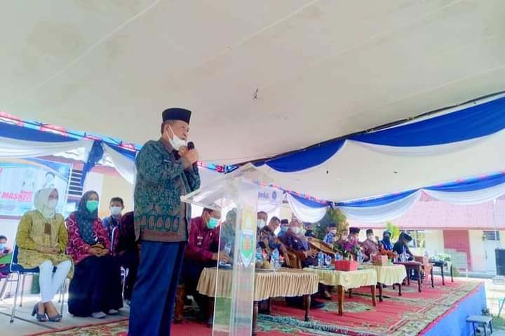 Saat menghadiri acara Idul Adha penyembelihan Hewan Kurban, di Pemukiman Masyarakat Adat SAD Nebang Jaya, Muaro Jambi. Wakil Gubernur Jambi, Abdullah Sani sampaikan buah tangan.