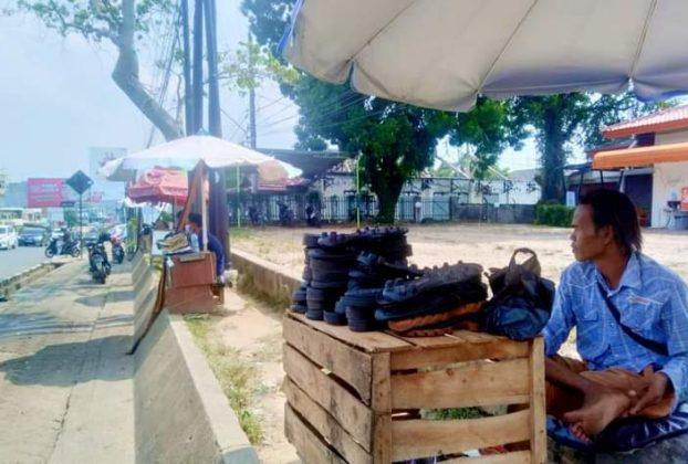 Sudah tahun kedua Pandemi Covid-19 di Provinsi Jambi, namun belum menunjukkan angka penurunan yang signifikan. Dampaknya, Tukang Sol Sepatu di Jambi menjerit.