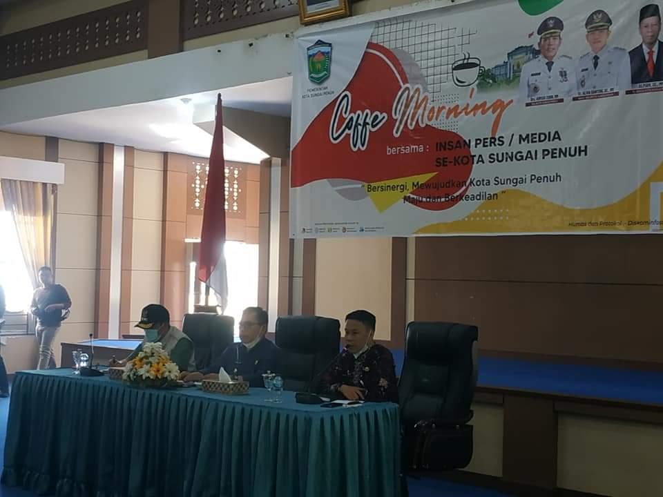 Walikota dan Wakil Walikota Sungai Penuh, Ahmadi Zubir dan Alvia Santoni melaksanakan Coffee Morning bersama para insan pers liputan Kota Sungai Penuh, Jumat (16/7/2021).