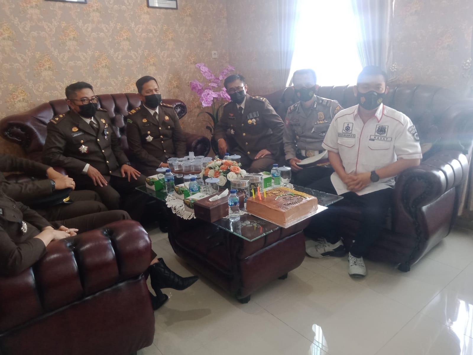 Kapolres Muaro Jambi AKBP Yuyan Priatmaja SIK MH, bersama Wakapolres Kompol Novrizal beri suprise pada Kejari, Kamis (22/07/2021)