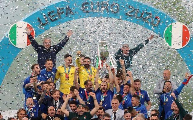 Laga final liga Eropa Senin (12/07) Dinihari tadi, Italia berhasil keluar sebagai Juara EURO 2020, meskipun lewat adu pinalti. Namun, 3 pemain Inggris ini malah jadi sorotan.