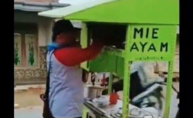Sebuah video beredar di media sosial hingga viral. Bahkan, seorang pria yang promosikan mie ayam bisa pemutus mata rantai Covid-19, langsung di sambar netizen.