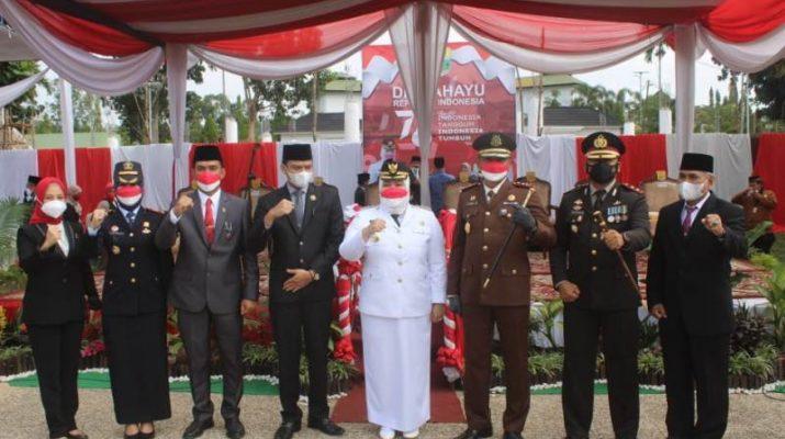 Bertempat di Lapangan Bukit Cinto Kenang, Sengeti, Selasa (17/8/2021) Bupati Muaro Jambi, Hj Masnah Busro pimpin Upacara Kemerdekaan RI ke 74. Ketua DPRD membacakan teks Pancasila.