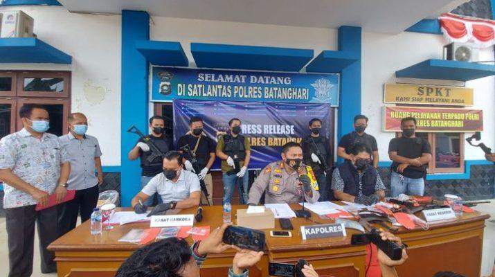 Penangkapan terhadap Daftar Pencarian Orang (DPO) di Batanghari, Kamis (12/08/2021) bikin geger. Jumat (13/08/2021) Polres Batanghari rilis penangkapan DPO atas Nama Zuhdi (40) Bin Abu Bakar