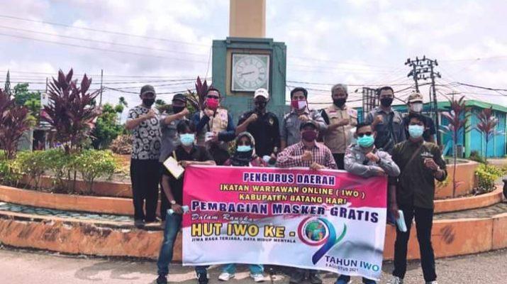 Dalam Rangka HUT IWO Ke-9, Pengurus Daerah Ikatan Wartawan Online (IWO) Kabupaten Batanghari, menggelar pembagian 1000 Masker kepada masyarakat setempat.