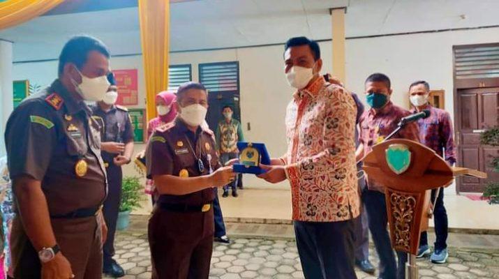 Bupati Batanghari Muhammad Fadhil Arief, sambut kunjungan kerja Kejati (Kunker) Jambi, Sapto Subroto, SH dan rombongan di Kantor Kejaksaan Negeri (Kejari) Batanghari, Kamis (26/8/2021).