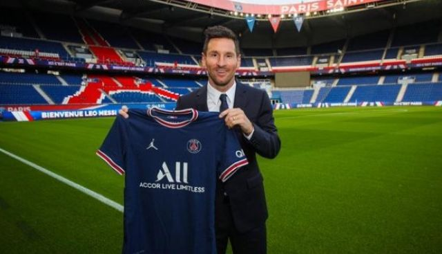 Megabintang Argentina, Lionel Messi sudah resmi pindah ke PSG. Barcelona yang selama ini mengandalkan pria berjulukan La Pulga itu untuk menggait sponsor, mulai kelabakan.