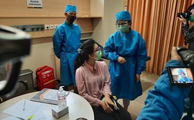 Baru-baru ini, proses pendaftaran Vaksin Covid 19 di Inonesia sulit, sejumlah warga di Samarinda pun dan mahasiswi IAIN ini mengeluh. Betapa tidak, ada yang sudah 4 kali mendaftar, namun tak juga mendapatkannya.