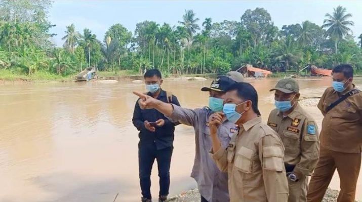 Ganas. Begitulah gambaran aktivitas tambang ilegal di Margo Tabir. Rusak jalan sampai gasak kuburan, berikut dampak PETI di Merangin saat Bupati sidak.