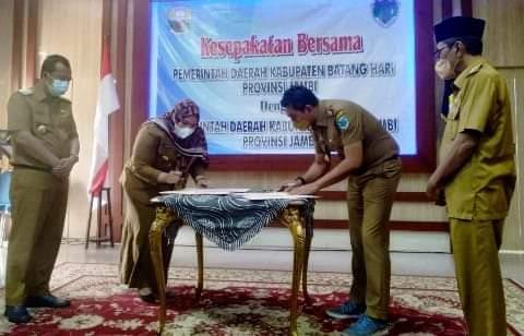 Bupati Batanghari Muhammad Fadhil Arief, sambangi Rumah Dinas Bupati Muaro Jambi Masnah Busro di Sengeti, Senin (06/09/2021). Kedua Bupati yakni Fadhil dan Masnah, tandatangani nota kesepakatan bersama.