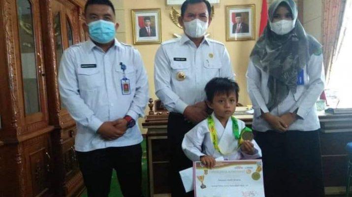 Walikota Sungai Penuh, Ahmadi Zubir beri apresiasi sekaligus penghargaan kepada Atlet Karate Cilik di Sungai Penuh, yang raih prestasi internasional.