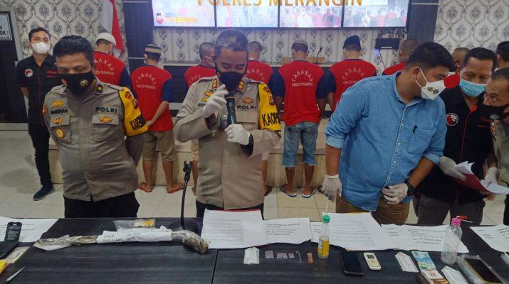 Sebanyak 9 pelaku narkoba dan sejumlah barang bukti lainnya, Selasa (14/9/21) terungkap dalam konferensi pers tindak pidana narkotika di Polres Merangin. Polisi masih buru tersangka lain.
