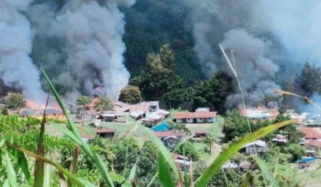 Kelompok Kriminal Bersenjata atau KKB kembali menebar terror, kali ini bakar puskesmas dan sekolah. Bahkan pasar di Distrik Kiwirok, Kabupaten Pegunungan Bintang, Papua, Senin 13 September 2021.
