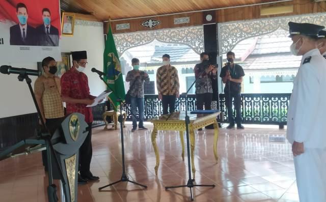 Bupati Batanghari Muhammad Fadhil Arief, yang di Wakili Sekretaris Daerah Azan SH lantik 4 Pejabat (PJ) Kepala Desa (Kades), untuk mengisi kekosongan posisi Kepala Desa yang telah habis masa jabatannya di Batanghari.