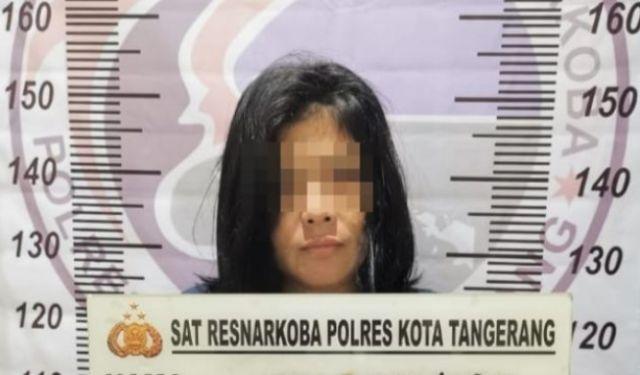 Nasib malang tak dapat di elak wanita cantik ini, saat digerebek polisi di kontrakan nya. Ia ketahuan melakukan perbuatan terlarang, hingga akhirnya wanita ini terancam 15-20 tahun penjara.