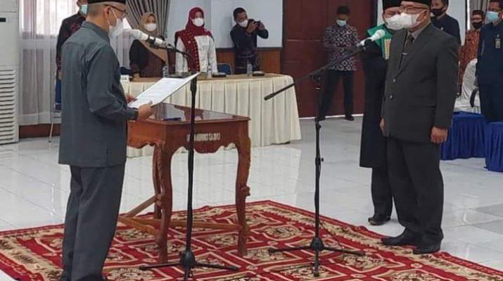 Bupati Kerinci Adirozal, melantik Zainal Efendi sebagai Sekretaris Daerah (Sekda) definitif Kabupaten Kerinci. Bertempat di Ruang Pola Kantor Bupati Kerinci, Kamis (14/10/2021) sore.