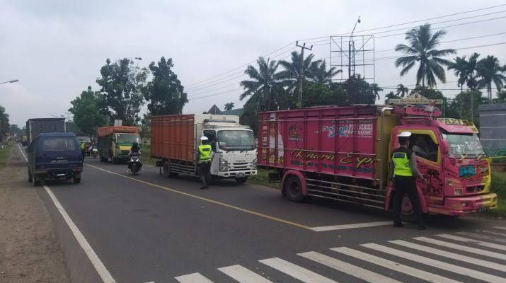 Angkutan batu bara di Provinsi Jambi, akhir-akhir ini menjadi sorotan publik. Bukan hanya pelanggaran jam operasional, 4 truk pengangkut batu bara dikandangkan.