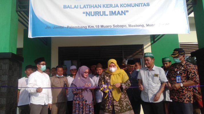 Resmikan workshop otomotif Pondok Pesantren Nurul Iman Muaro Jambi, Bupati Masnah Busro sampaikan apresiasi.