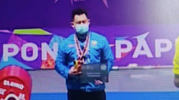 Abdul Latif Manna, atlet angkat berat asal Kabupaten Tanjabbar, akhirnya berhasil mengharumkan nama daerahnya. Ia berhasil mengukir prestasi gemilang di PON XX Papua 2021, lewat medali perak nya, meskipun dicampakkan drai tim PON Jambi.