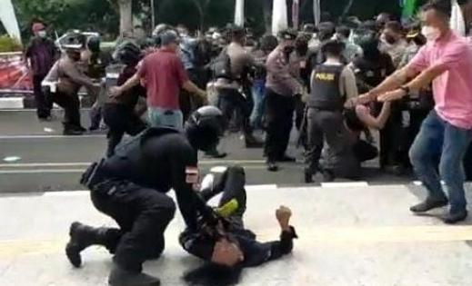 Anggota Komisi III DPR RI Habiburokhman angkat bicara, terkait dengan tindakan aparat kepolisian atau oknum polisi yang membanting atau smackdown mahasiswa, melakukan aksi di depan kantor Bupati Tangerang.