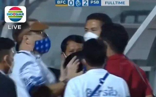 Lagi-lagi laga kick Off liga 1 Indonesia berujung ricuh, di mana official Bhayangkara Fc sengaja buka Masker di duga ludahi pelatih Persib Bandung. Tak ayal, hal ini bikin heboh.