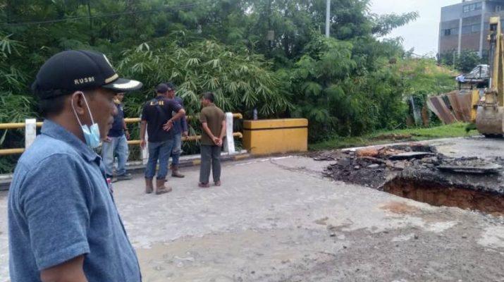 Sisi jembatan di Jalan Gajahmada Kota Jambi, mengalami postur tanah yang ambruk. Respon cepat jembatan amblas, dewan minta perbaikan 1 kali 24 jam.